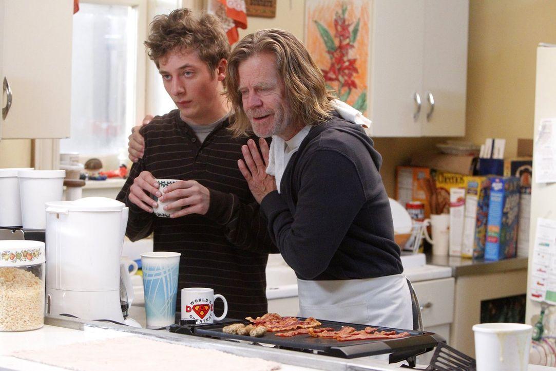 Auf einmal nüchtern? Lip (Jeremy Allen White, l.) ist sauer auf seinen Vater. Er glaubt nicht, dass Frank (William H. Macy, r.) das durchhält ... - Bildquelle: 2010 Warner Brothers