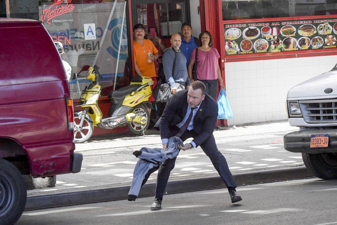 Nach dem Fund einer erschossenen alten Dame, entdeckt Danny (Donnie Wahlberg) einen potenziellen Täter auf der Straße. Danny lässt sich auf ein gefä... - Bildquelle: John Paul Filo 2016 CBS Broadcasting Inc. All Rights Reserved