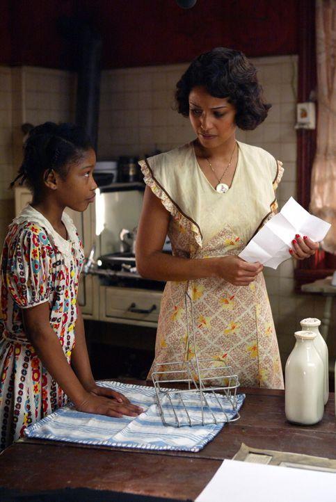 Rückblick ins Jahr 1939: Arlene (Keke Palmer, l.) und Sadie (Meta Golding, r.), die damals offensichtlich im Auftrag einer Organisation weißer Rassi... - Bildquelle: Warner Bros. Television