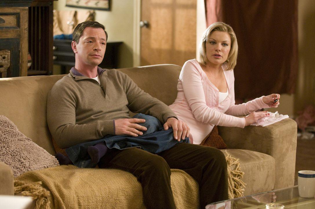 Kaum kommt Mary nach Hause, beginnt der Streit mit Raphael. Peter (Joshua Malina, l.) und Brandi (Nichole Hiltz, r.) lassen sich nichts entgehen ... - Bildquelle: USA Network