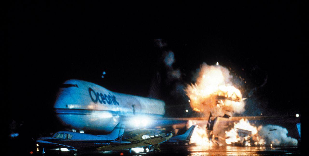 Ein Passagierflugzeug, auf dem Weg von Athen nach Washington, gerät in die Fänge von Terroristen, die mit einer Nervengasbombe an Bord einen Großtei... - Bildquelle: Warner Bros. Pictures
