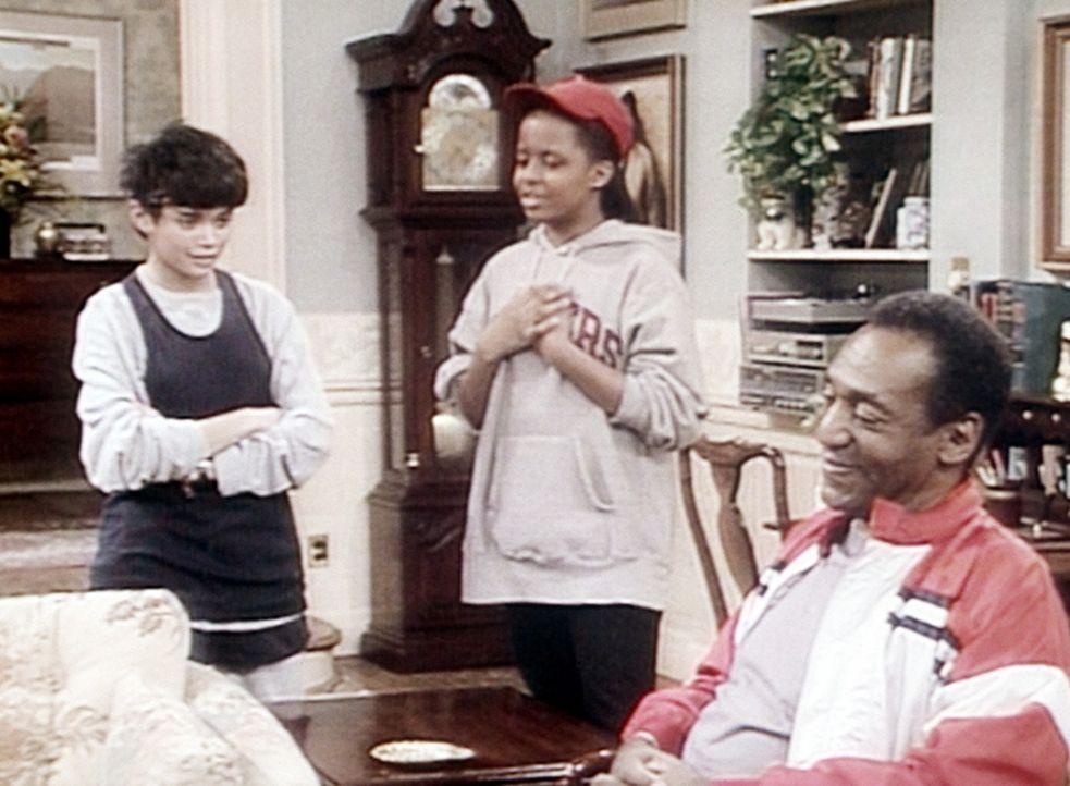 Denise (Lisa Bonet, l.) und Vanessa (Tempsett Bledsoe, M.) sind in heller Aufregung: Ihr Vater Cliff (Bill Cosby, r.) wird wieder bei einem Staffell... - Bildquelle: Viacom