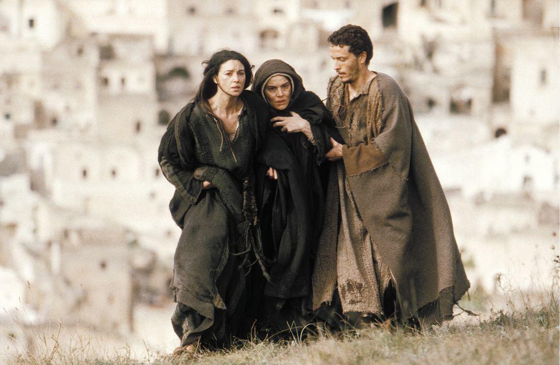 Lassen Jesus auf seinem Leidensweg nicht alleine: (v.l.n.r.) Maria Magdalena (Monica Bellucci), Jesus Mutter Maria (Maia Morgenstern) und Johannes (... - Bildquelle: Icon Film Distribution Ltd.