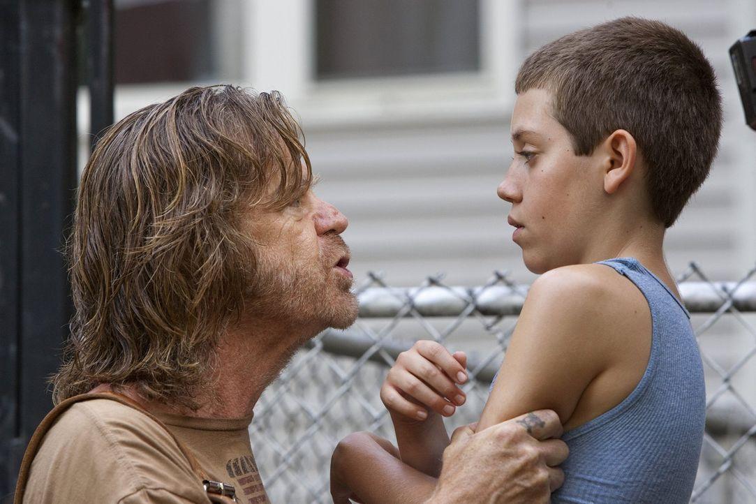 Vielleicht hat Carl (Ethan Cutkosky, r.) ja einen Rat für Frank (William H. Macy, l.), um nicht auf einmal obdachlos zu werden ... - Bildquelle: 2010 Warner Brothers