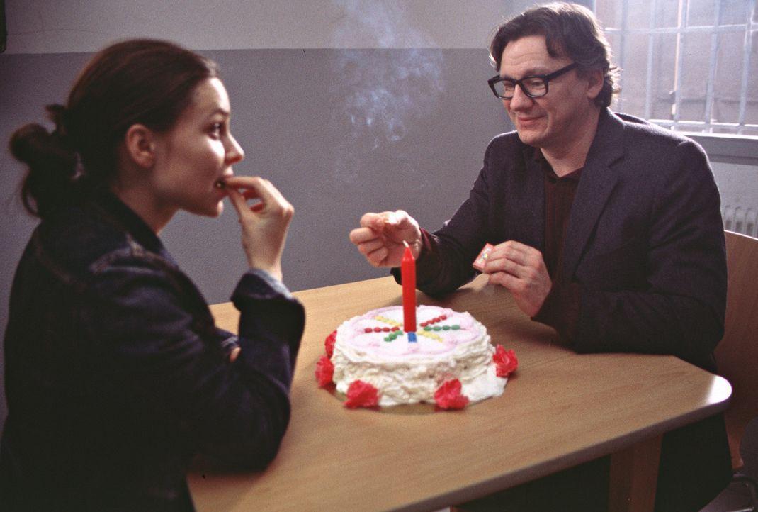 Als Jenny (Mina Tander, l.) die Möglichkeit erhält, an der renommierten Gotthilf-Meyer-Universität ein Stipendium zu ergattern, schlägt sie das Ange... - Bildquelle: Elke Werner ProSieben