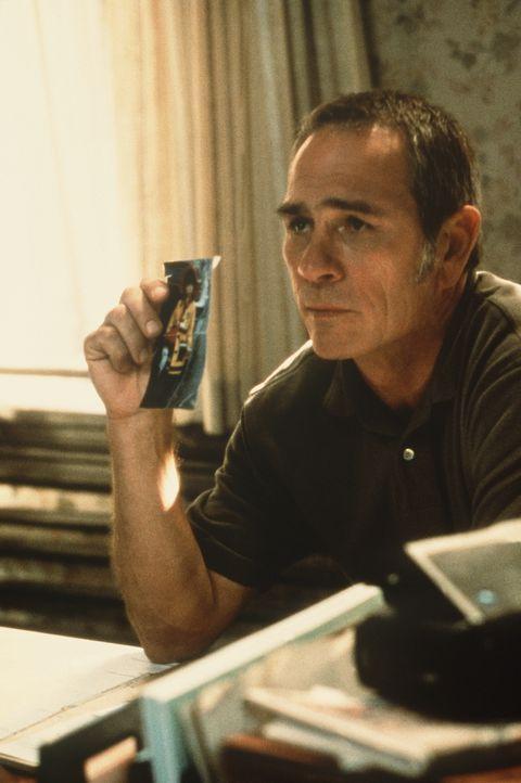 Kommt einem niederträchtigen Spiel auf die Spur: der Bewährungshelfer Travis Lehman (Tommy Lee Jones) ... - Bildquelle: Paramount Pictures