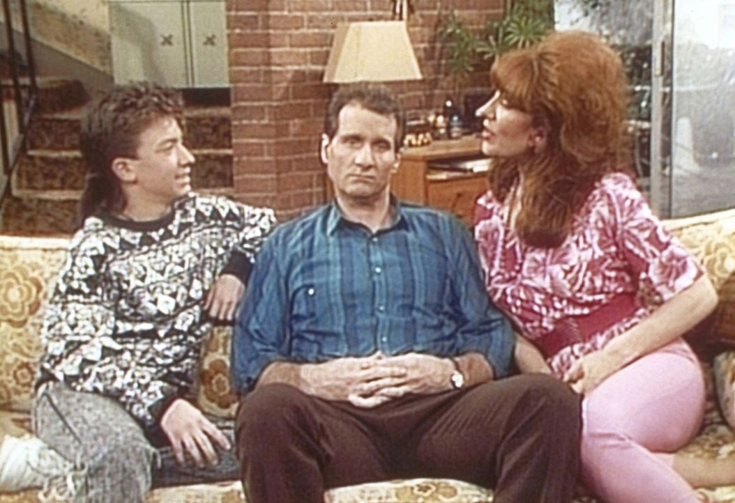 Bud (David Faustino, l.) und Peggy (Katey Sagal, r.) versuchen, Al (Ed O'Neill, M.) zum Kauf eines Computers zu überreden. - Bildquelle: Columbia Pictures