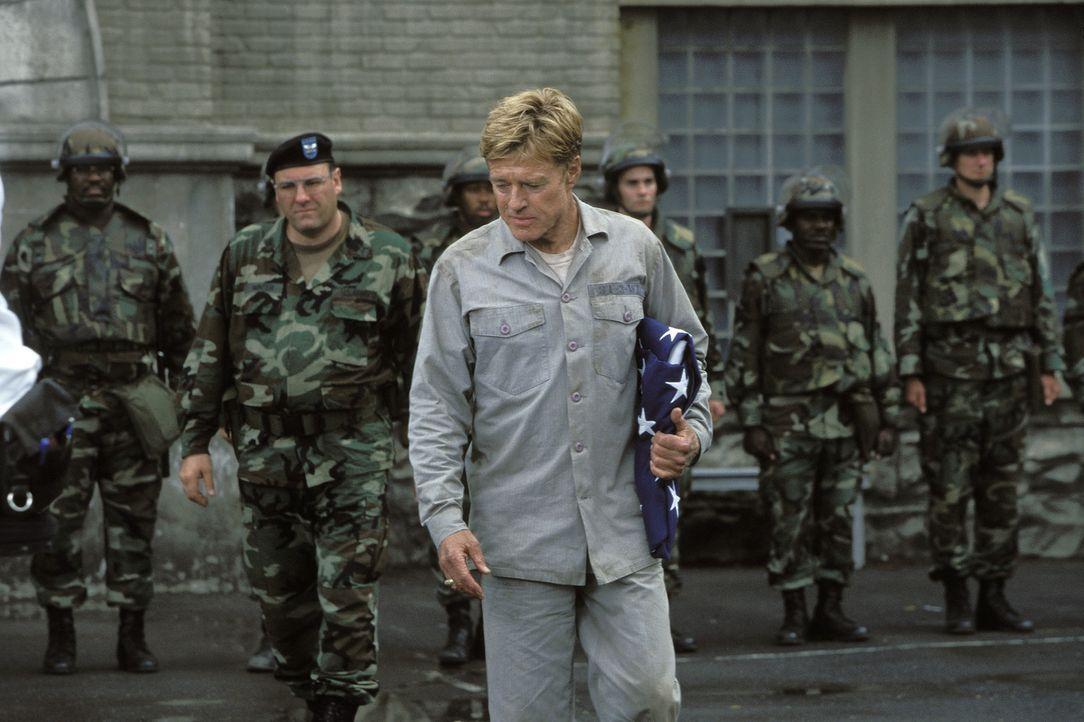 Die Situation beginnt zu eskalieren: Colonel Winter (James Gandolfini, 2.v.l.) und General Irwin (Robert Redford, M.) ... - Bildquelle: TM &   2001 DREAMWORKS LLC. All Rights reserved.