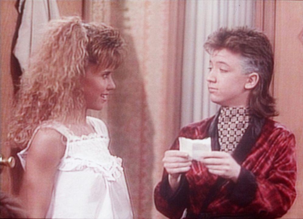 Bud (David Faustino, r.) verrät den Freundinnen seiner Schwester, dass Kelly Verhältnisse mit deren Freunden hat. - Bildquelle: Columbia Pictures