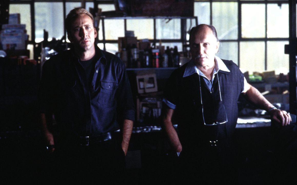 Um das Leben von Kip zu retten, müssen Otto (Robert Duvall, l.) und Memphis (Nicolas Cage, r.) in nur 72 Stunden 50 Nobelkarossen stehlen ... - Bildquelle: Touchstone Pictures