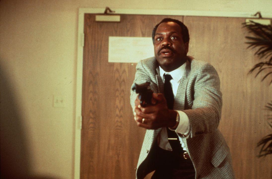 Murtaugh (Danny Glover) lässt Vorschriften Vorschriften sein und eilt seinem Freund und Partner Riggs zu Hilfe ... - Bildquelle: Warner Brothers International