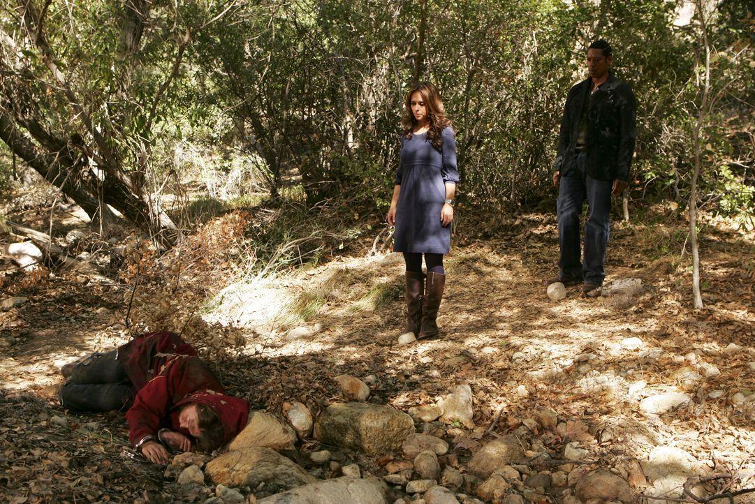 Im Wald machen Casey (Orlando Jones, r.) und Melinda (Jennifer Love Hewitt, M.) eine grausame Entdeckung: Die Leiche der vermissten Sydney (Austin H... - Bildquelle: ABC Studios