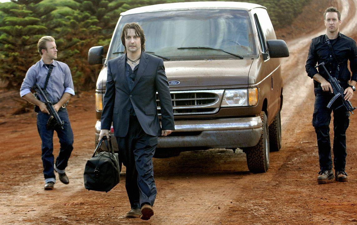 Ein ehemaliger Kollege von Danny (Scott Caan, l.) wird auf grausame Weise ermordet. Steve (Alex O'Loughlin, r.) und sein Team versuchen, diesen Mord... - Bildquelle: TM &   2010 CBS Studios Inc. All Rights Reserved.