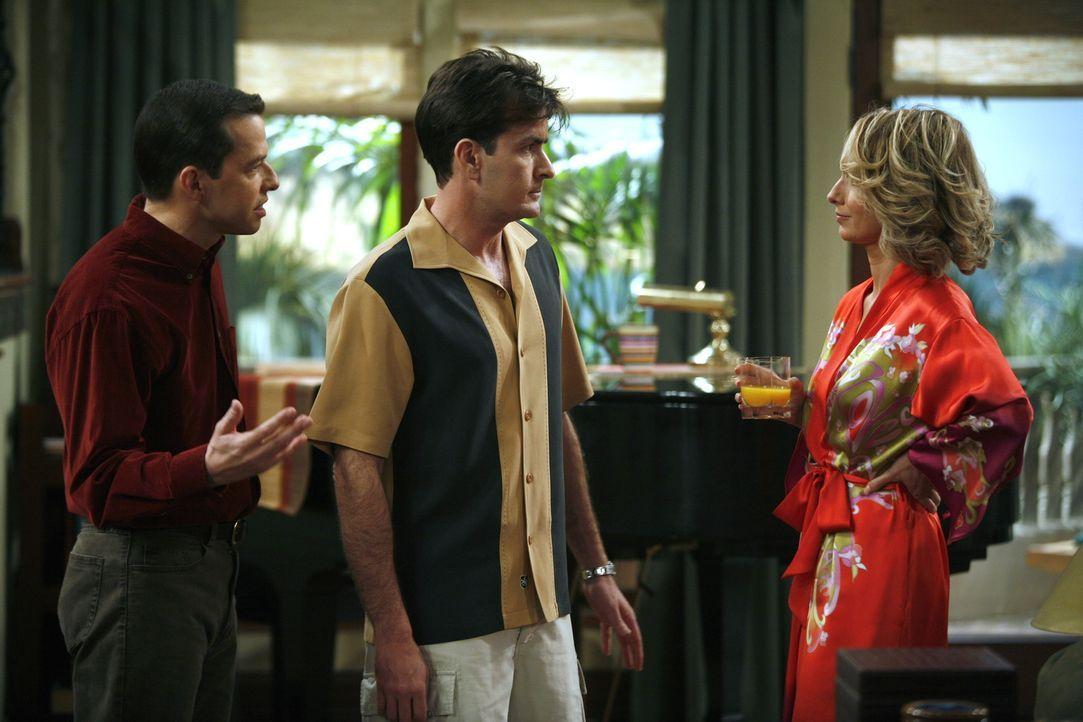 Lydia (Katherine Lanasa, r.) erwartet von Charlie (Charlie Sheen, M.), dass er Berta entlässt, da sie sie nicht leiden kann. Alan (Jon Cryer, l.) h... - Bildquelle: Warner Brothers Entertainment Inc.