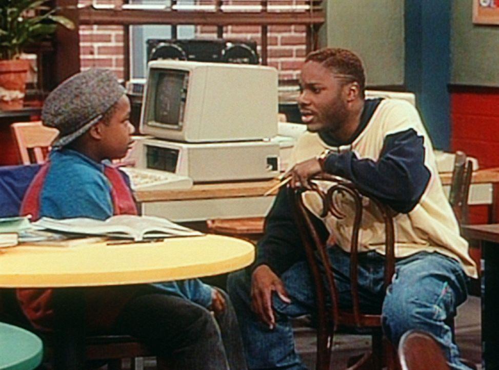 Rahem (Edwin Maldonado, l.) erzählt Theo (Malcolm-Jamal Warner, r.), dass er die Nachmittagsgruppe verlassen und einen Job suchen wird. - Bildquelle: Viacom