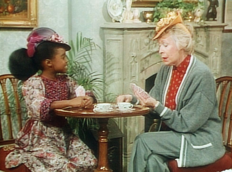 Rudy (Keshia Knight Pulliam, l.) und die Nachbarin Mrs. Hickson (Eileen Heckart, r.) spielen Karten. Vornehm gekleidet tut man so, als sei man am en... - Bildquelle: Viacom