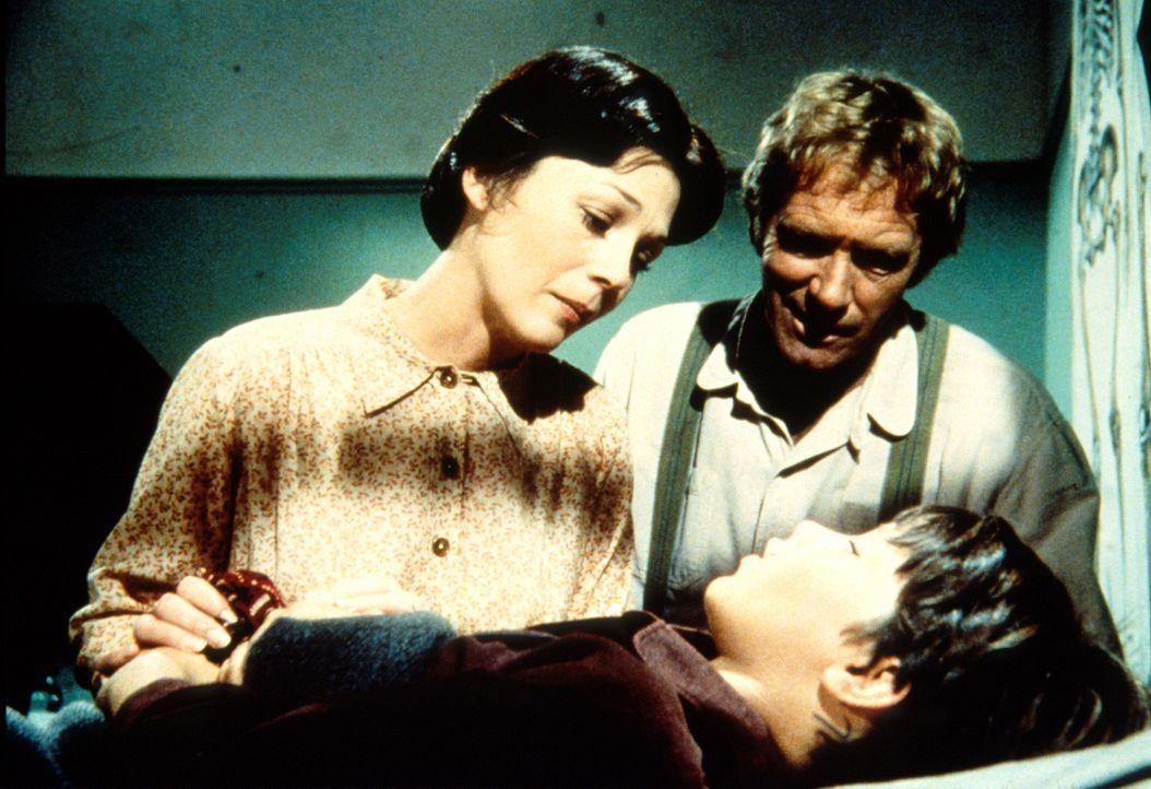 Caroline (Karen Grassle, r.) beugt sich besorgt über den bewusstlosen Jordan (Bonnie Scribner, liegend). - Bildquelle: Worldvision
