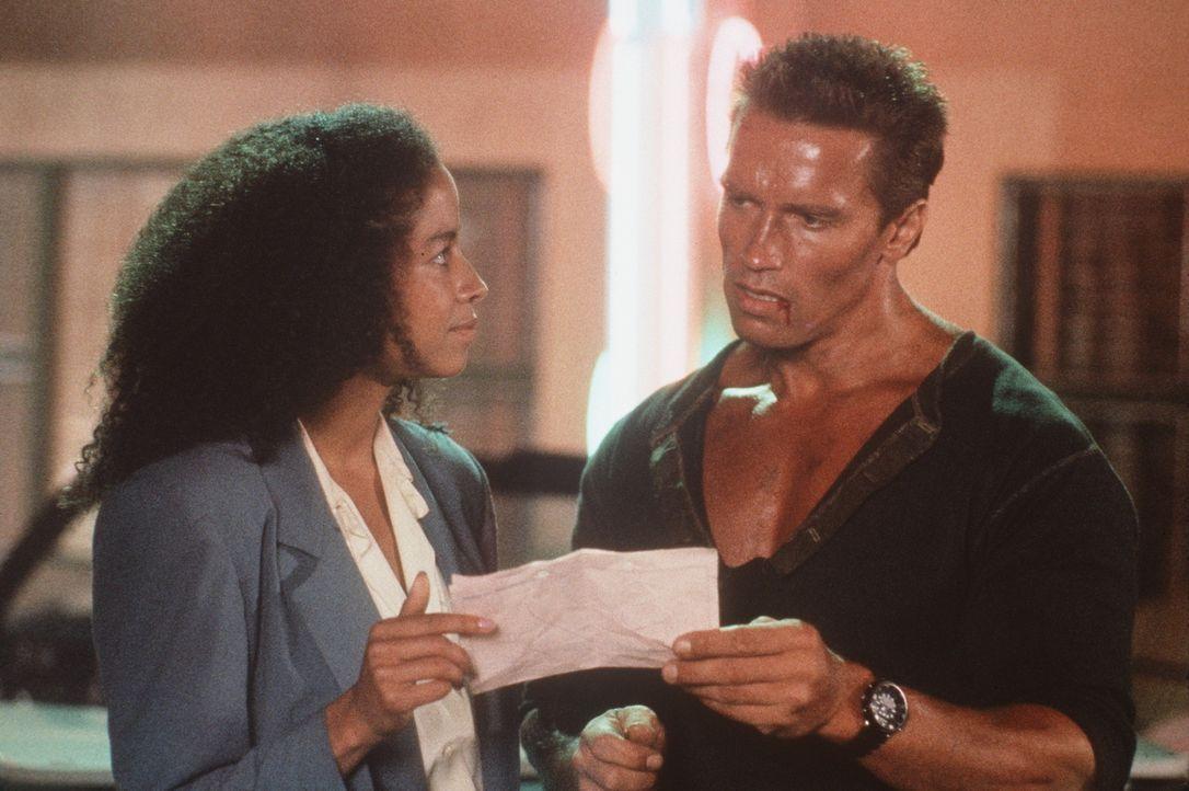 Mit der zunächst unfreiwilligen Hilfe der hübschen Stewardess Cindy (Rae Dawn Chong, l.) macht Matrix (Arnold Schwarzenegger, r.) Jagd auf die Ver... - Bildquelle: 20th Century Fox Film Corporation