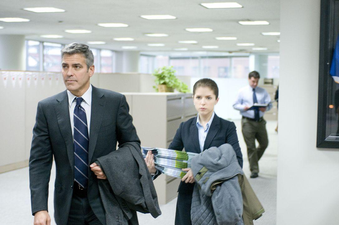 Um Natalie (Anna Kendrick, r.) klarzumachen, dass man Mitarbeitern nicht per Videokonferenz kündigen kann, nimmt sie Ryan (George Clooney, l.) mit a... - Bildquelle: TM and   2009 by DW Studios LLC. All rights reserved.