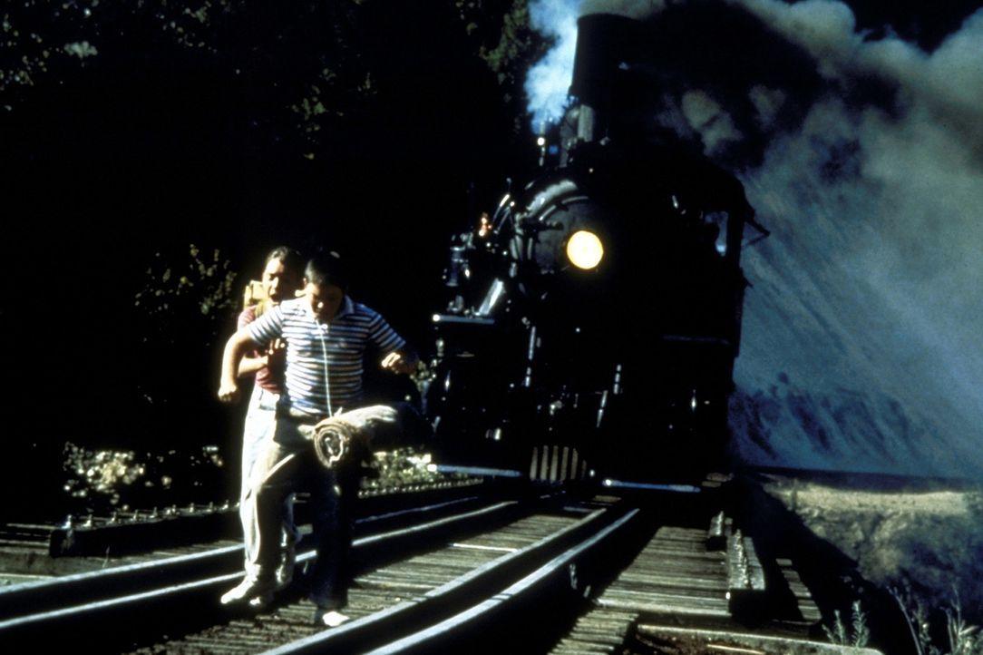 Auf einer Eisenbahnbrücke werden Gordie (Will Wheaton, l.) und Vern (Jerry O´Connell, r.) von einer herannahenden Lokomotive überrascht ... - Bildquelle: Columbia Pictures