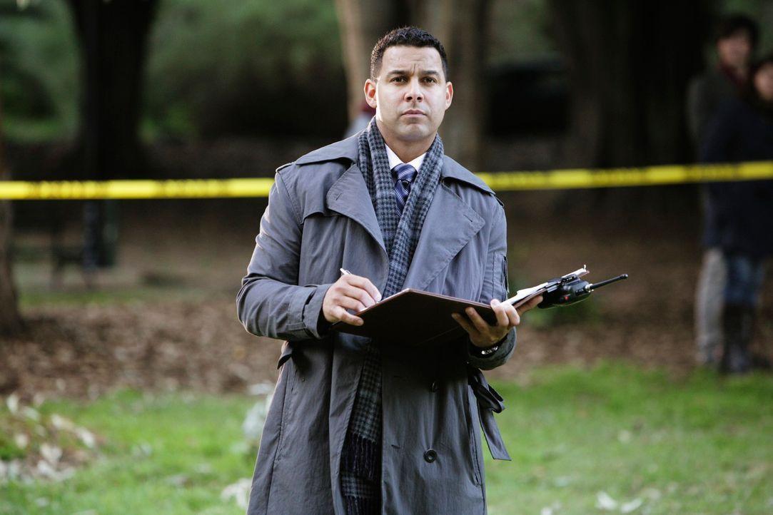 Javier Esposito (Jon Huertas) nimmt den Fundort der Leiche genau unter die Lupe. - Bildquelle: ABC Studios