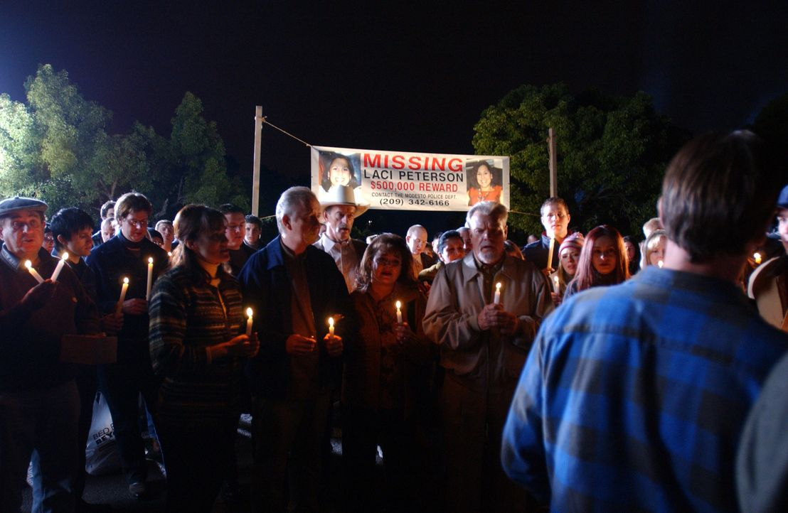 Die ganze Stadt hat sich versammelt, um gemeinsam um die verschollene Laci Peterson zu trauern! - Bildquelle: 2004 Sony Pictures Television Inc. All Rights Reserved.