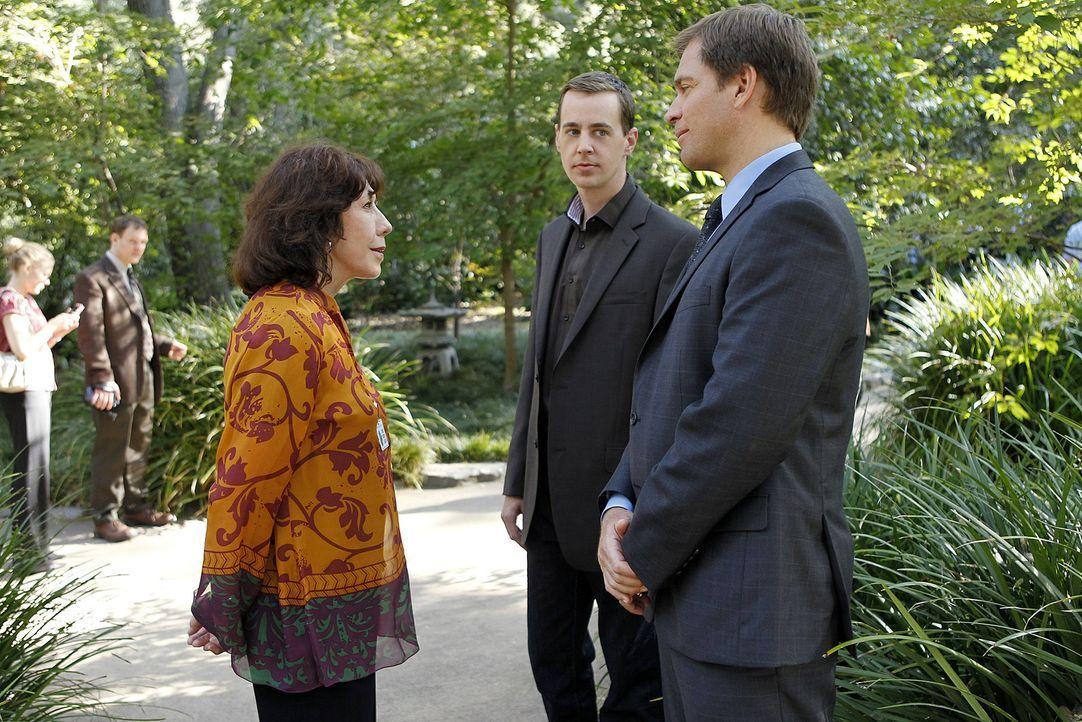 Ein neuer Fall beschäftigt das Team um Tony (Michael Weatherly, r.). Doch was hat McGees (Sean Murray, M.) Großmutter (Lily Tomlin, l.) damit zu tun... - Bildquelle: CBS Television