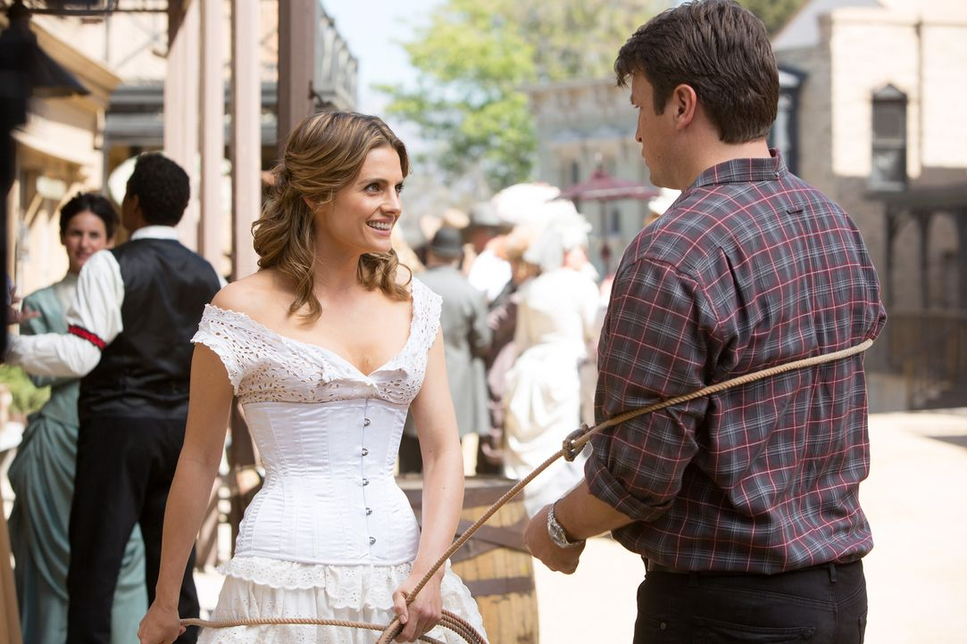 Als Castle (Nathan Fillion, r.) und Beckett (Stana Katic, l.) erfahren, dass ein Opfer in einem Wild-West-Resort vergiftet wurde, versuchen sie dort... - Bildquelle: ABC Studios