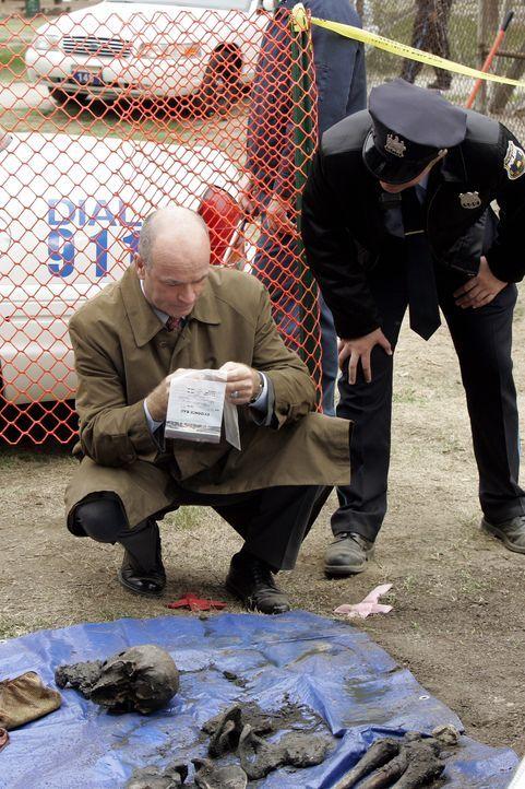 John Stillman (John Finn, l.) hofft am Fundort der Leiche, obwohl es schon Jahre her ist, Hinweise zu finden ... - Bildquelle: Warner Bros. Television