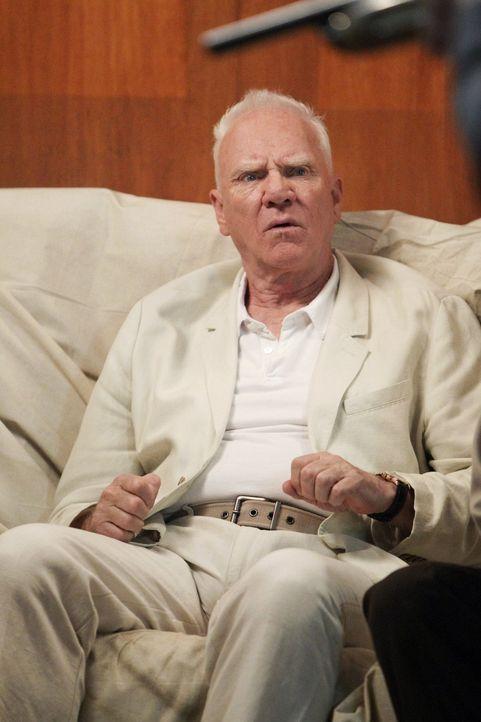 Kann Patrick Bret Stiles (Malcolm McDowell) als wahren Red John entlarven? - Bildquelle: Warner Bros. Television