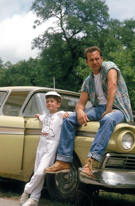 Der Schwerverbrecher Butch Haynes (Kevin Costner, r.) bricht aus dem Gefängnis aus und nimmt den achtjährigen Phillip (T.J. Lowther, l.) als Geisel.... - Bildquelle: Warner Brothers International Television Distribution Inc.