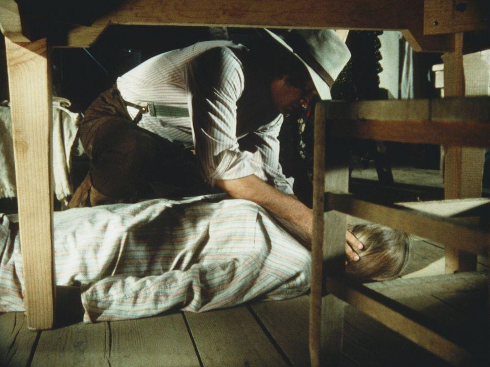 Charles Ingalls (Michael Landon, l.) ist gerade noch rechtzeitig gekommen, denn die Verletzung seiner Frau Caroline (Karen Grassle, r.) ist lebensge... - Bildquelle: Worldvision