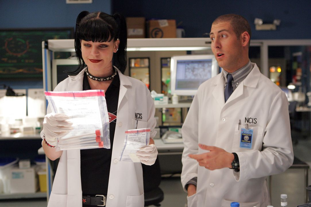Tony soll eine Frau ermordet haben, doch Abby (Pauley Perrette, l.) glaubt nicht daran und ist fest entschlossen dies zu beweisen. Charles (Michael... - Bildquelle: TM &   2006 CBS Studios Inc. All Rights Reserved.