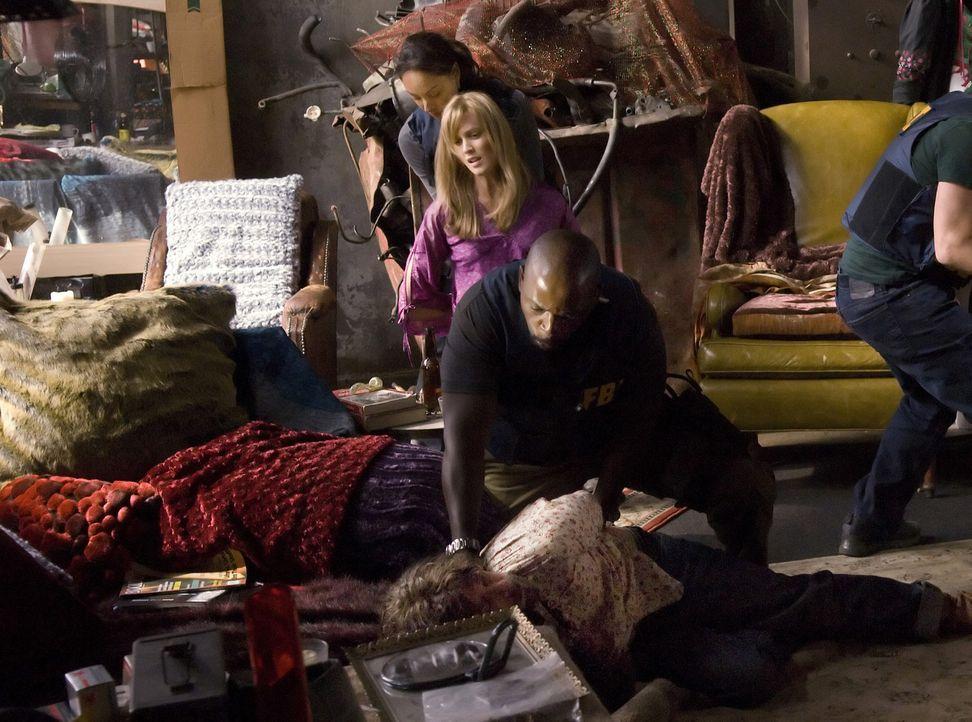 Showdown: Mason Duryea (James Callis, vorne) und sein weibliches Gefolge, darunter Patty (Celesta Hodge, 2.v. hinten) konnten von David (Alimi Balla... - Bildquelle: Paramount Network Television