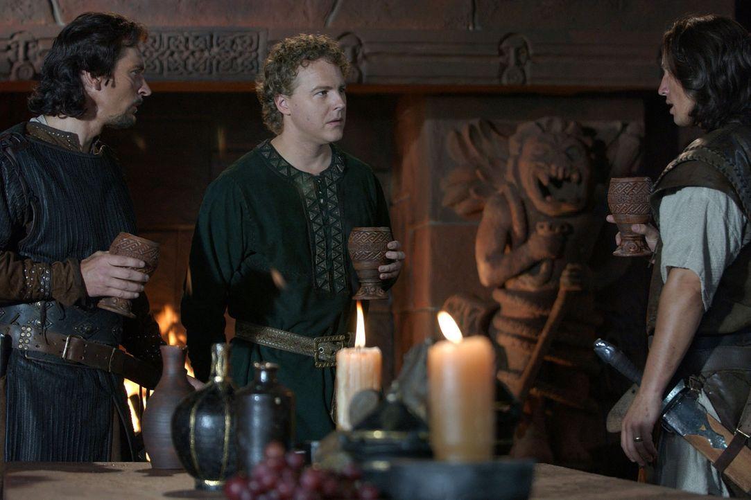 Siegfried (Benno Fürmann, r.) wird mit seinem Ziehvater an den Hof von Burgund gerufen, um das Königshaus mit ihren Schwertern zu beliefern. Dort... - Bildquelle: Tandem Communication/VIP Med Sat.1
