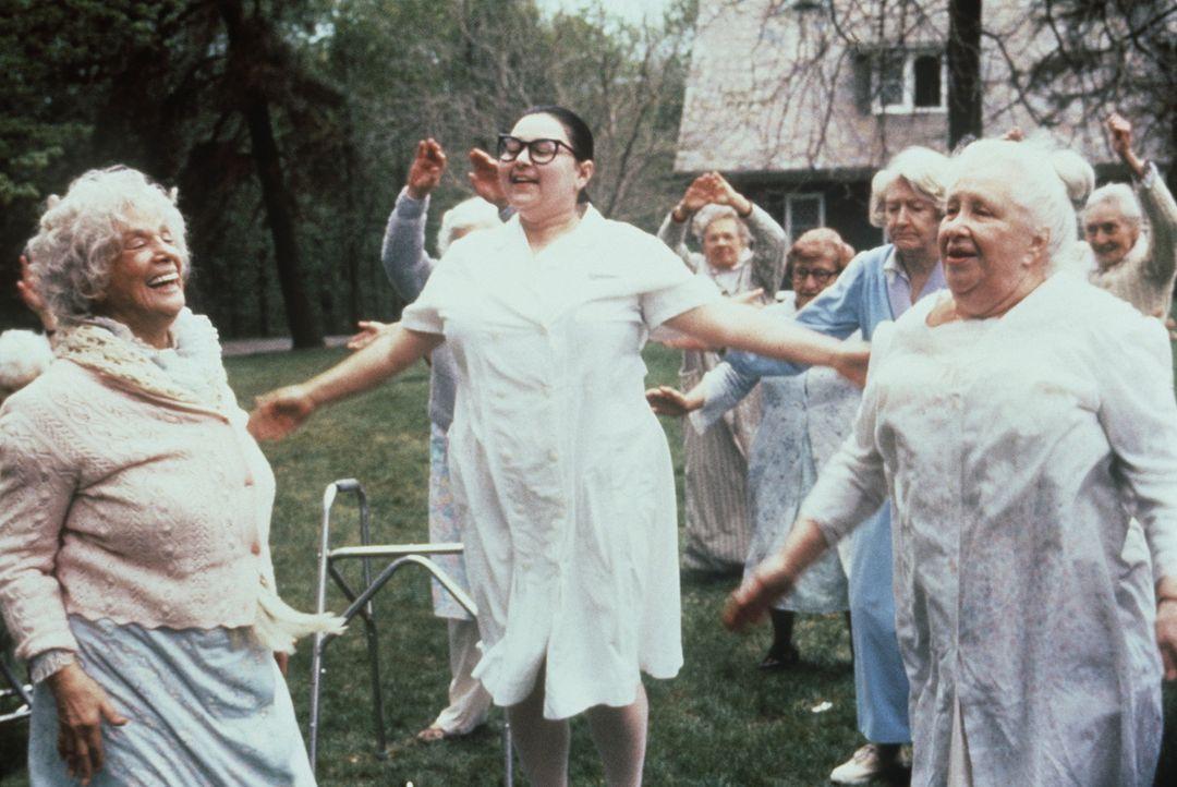 Als Altenpflegerin unschlagbar: Ruth (Roseanne Barr, M.) ... - Bildquelle: 20th Century Fox