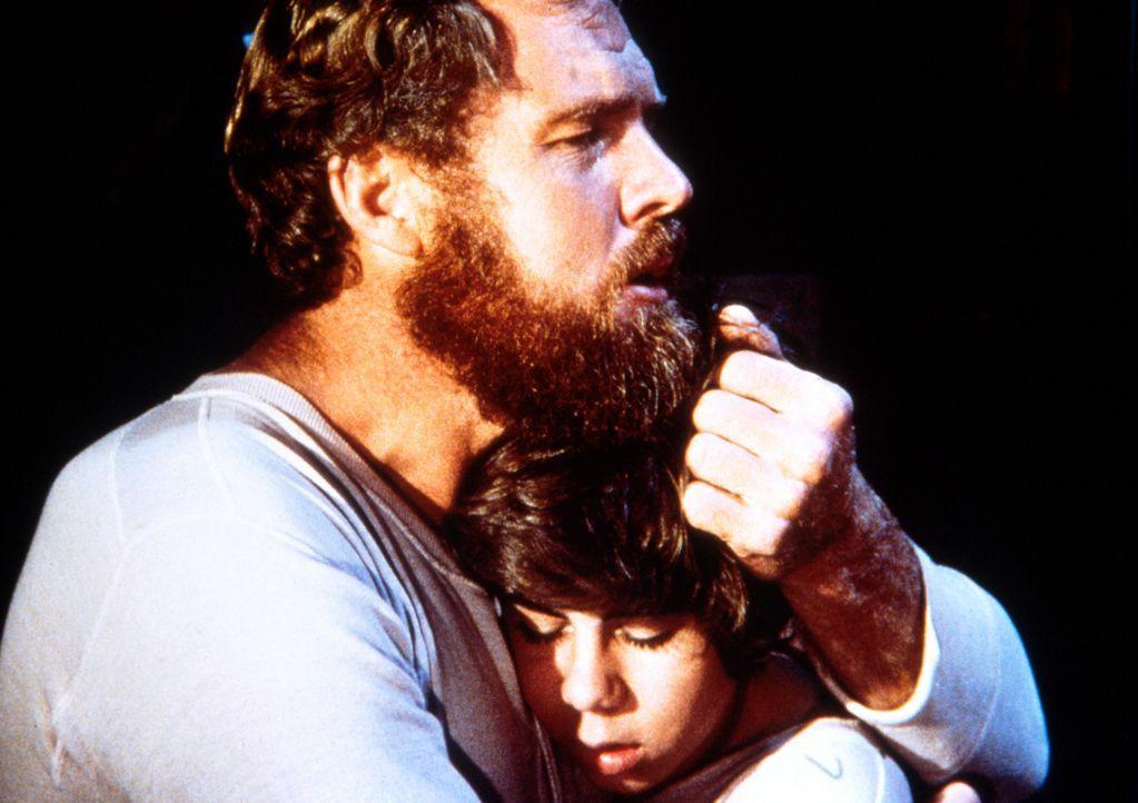 Jonathan Garvey (Merlin Olsen, l.) versucht, seinen Sohn Andy (Patrick Laborteaux, r.), der nicht über den Tod seiner Mutter hinwegkommt, zu tröst... - Bildquelle: Worldvision