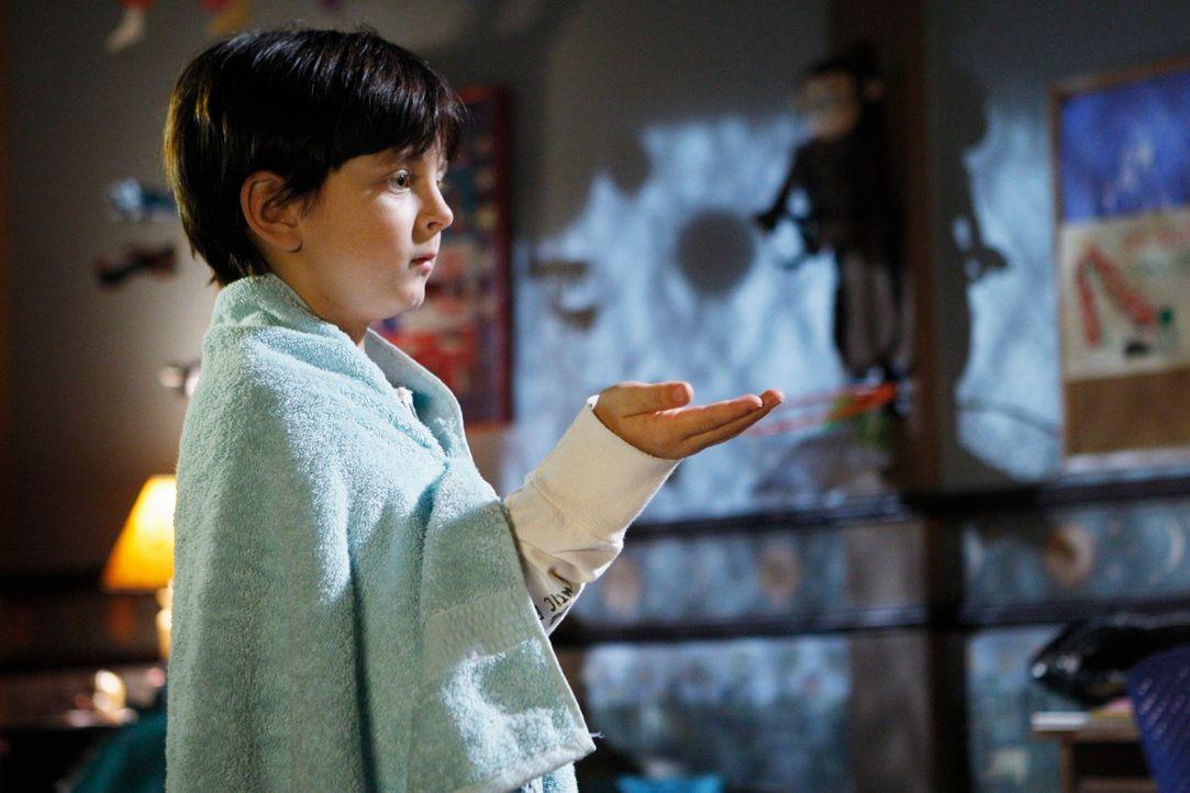 Mit Hilfe seiner Geisterfreunde studiert Aiden (Connor Gibbs) faszinierende Zaubertricks ein, mit denen er seine Freunde beeindrucken will. - Bildquelle: ABC Studios
