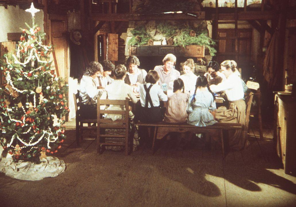 Alle Ingalls feiern gemeinsam mit Hester-Sue (Ketty Lester, 2.v.r.) Weihnachten. - Bildquelle: Worldvision