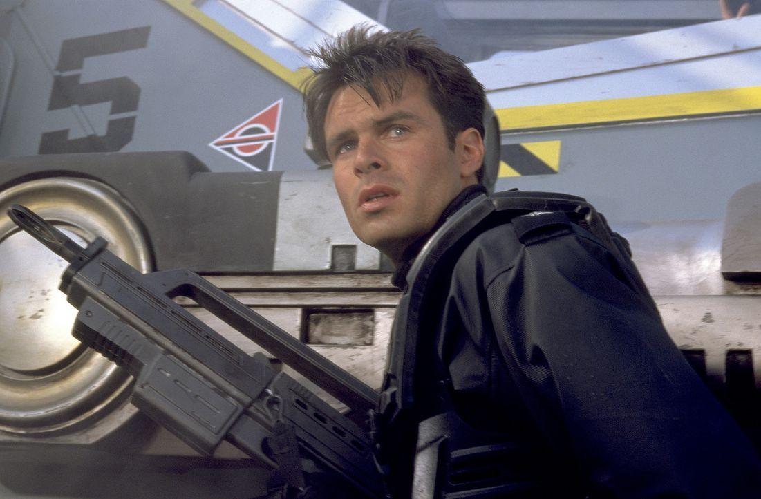 """Während Johnny zum """"Fußvolk"""" kommt, schafft es Carmen tatsächlich, bei den Weltraumpiloten zu landen - gemeinsam mit Zander (Patrick Muldoon), ei... - Bildquelle: SONY PICTURES TELEVISION INTERNATIONAL"""