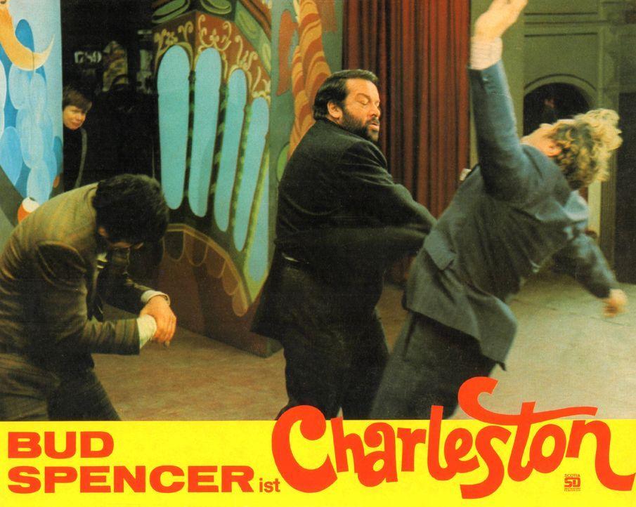 Charleston (Bud Spencer, M.) mischt die Schurken auf ... - Bildquelle: Tobis Film