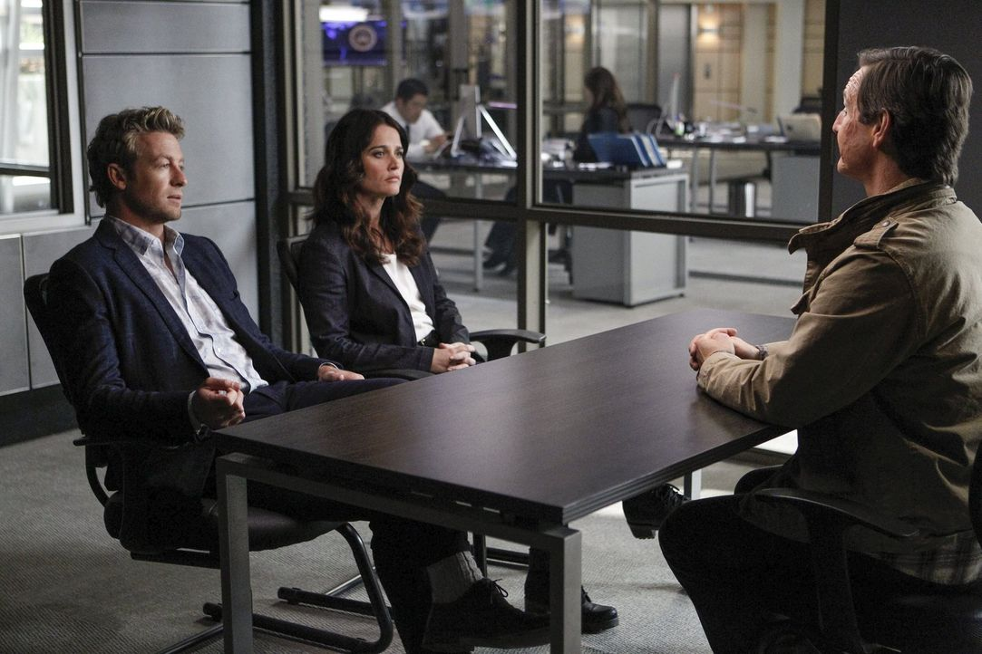 Jane (Simon Baker, l.) und Lisbon (Robin Tunney, M.) führen ein knallhartes Verhör mit dem Hauptverdächtigen Richard Haibach (William Mapother). Doc... - Bildquelle: Warner Bros. Television