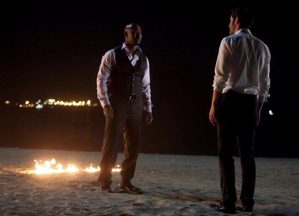 Amenadiel (D.B. Woodside, l.) macht Lucifer (Tom Ellis, r.) klar, dass er nicht aufgeben wird, bis Lucifer zurück in der Hölle ist -  koste es, was... - Bildquelle: 2016 Warner Brothers