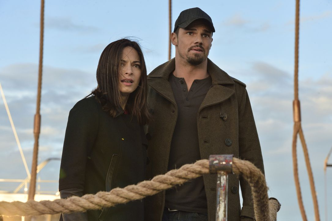 Cat (Kristin Kreuk, l.) und Vincent (Jay Ryan, r.) müssen eine schwere Entscheidung treffen: Sollen sie die Bestie jagen, die Braxton getötet hat, u... - Bildquelle: Ben Mark Holzberg 2016 The CW Network. All Rights Reserved.
