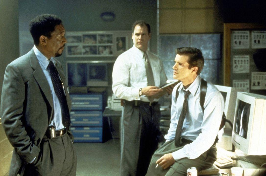 Die ermittelnden Beamten Detective Nick Ruskin (Cary Elwes, r.) und Kyle Craig (Jay O. Sanders, M.)  unterstützen Alex' (Morgan Freeman, l.) verzwe... - Bildquelle: Paramount Pictures