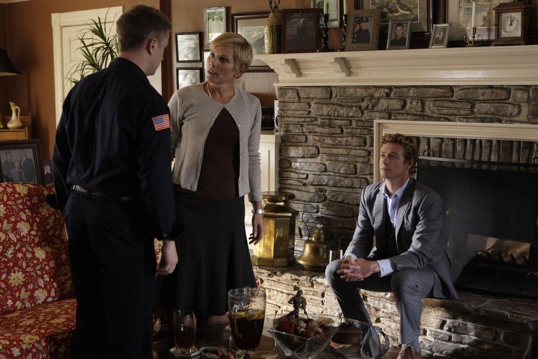 Haben Katherine (Kate McNeil, M.) und Sam Blakely (Steve Braun, l.) etwas mit den Fall zu tun, an dem Patrick Jane (Simon Baker, r.) gerade ermittelt? - Bildquelle: Warner Bros. Television
