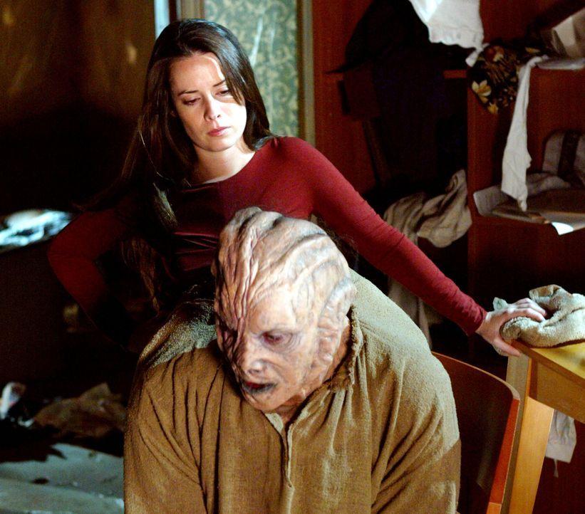 Während ihrer Geiselnahme freundet sich Piper (Holly Marie Combs, hinten) mit ihrem Entführer Derek (Seth Peterson, vorne) an ... - Bildquelle: Paramount Pictures.