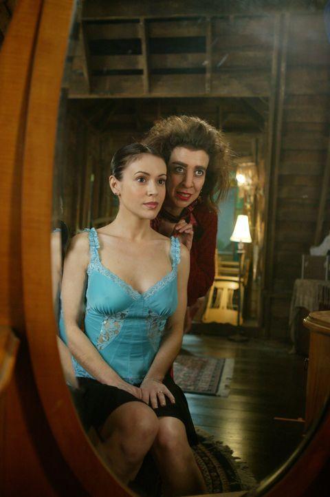 Bewaffnet mit Phoebes (Alyssa Milano, l.) Identität und ihren Kräften, versucht Imara (Suzanne Krull, r.) die Herschafft über die Unterwelt an sich... - Bildquelle: Paramount Pictures