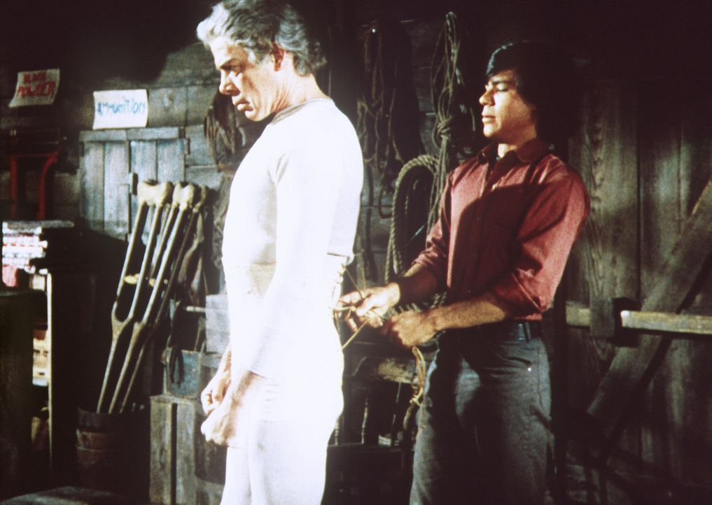 Jackson Two Bears (Tom Nardini, r.) hilft dem großen Meister Kid Shellen (Lee Marvin, l.) beim Anlegen der Schutzkleidung ... - Bildquelle: Columbia Pictures