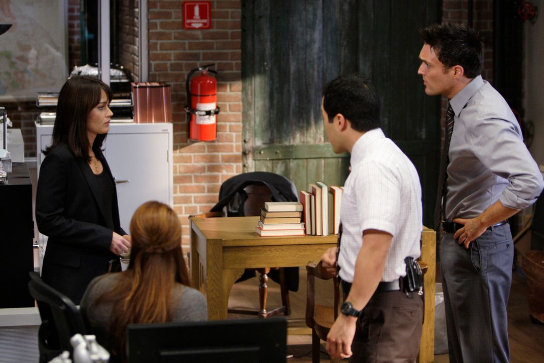 Teresa Lisbon (Robin Tunney, hinten l.) teilt Grace (Amanda Righetti, vorne l.), Wayne (Owain Yeoman, r.) und Kimball (Tim Kang, M.) mit, dass ihnen... - Bildquelle: Warner Bros. Television